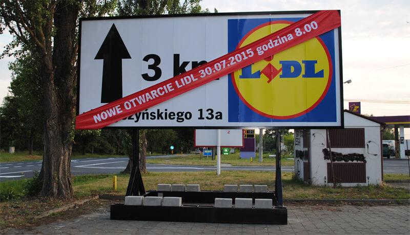 bilbord reklamowy przedstawiajacy informacje o otwarciu sklepu