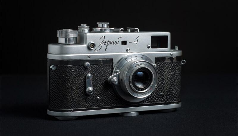 aparat fotograficzny na ciemnym tle