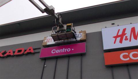 montaż reklam na budynku galerii w Białymstoku