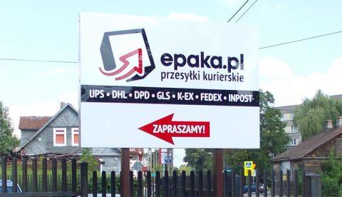 tablice reklamowe stojące przy drodze w Białymstoku