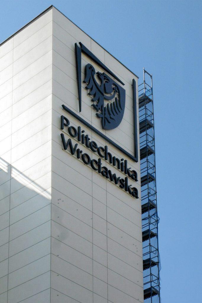 litery 3d politechnika wroclawska w dzień