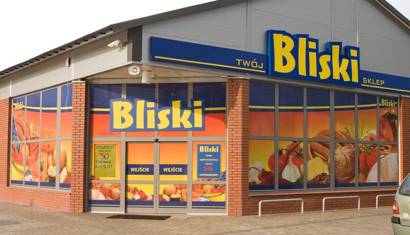 Oklejone witryny i szyby sklepu spożywczego